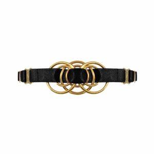 Collar de satén negro elástico con una pieza de metal dorado que representa un entrelazado d' anillos en su centro, Bordelle Signature en Brigade Mondaine