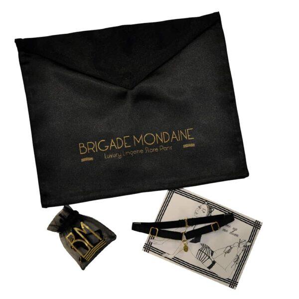 Bolsa de regalo Brigade Mondaine compuesta por un sobre de terciopelo repujado brigada mondaine oro, una tarjeta, una bolsa Bm y una gargantilla BM