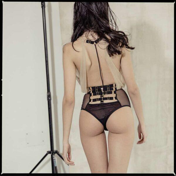 Body dos nu tout en soie souple beige et culotte en mesh noir serré à la taille GONZALES AFFAIRES chez Brigade Mondaine