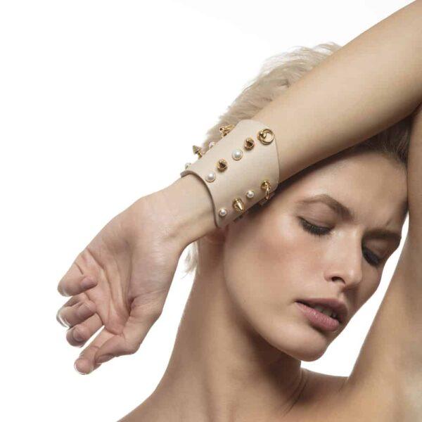 Manchettes ATHENA Nude avec clous et perles par LUDOVICA MARTIRE