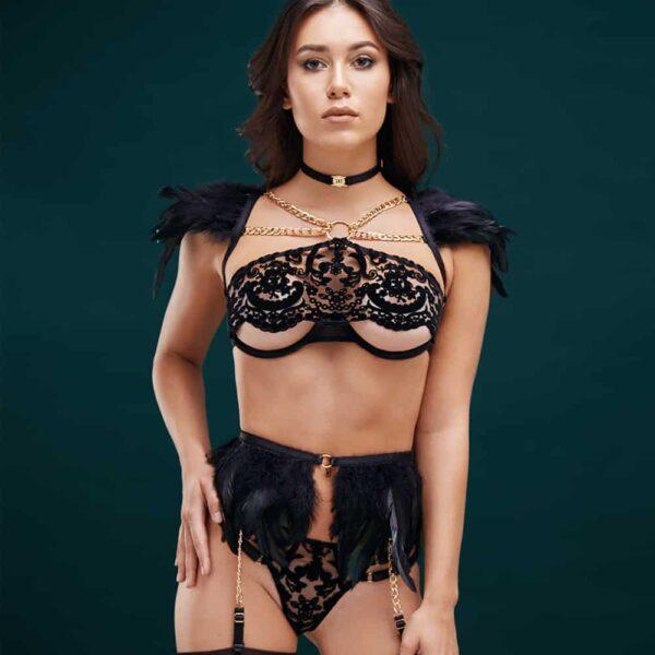 Costume de roleplay ange noir avec string et porte-jarretelles en plumes noire et soutien-gorge semi-ouverte avec dentelle en velours BAED STORIES chez Brigade Mondaine