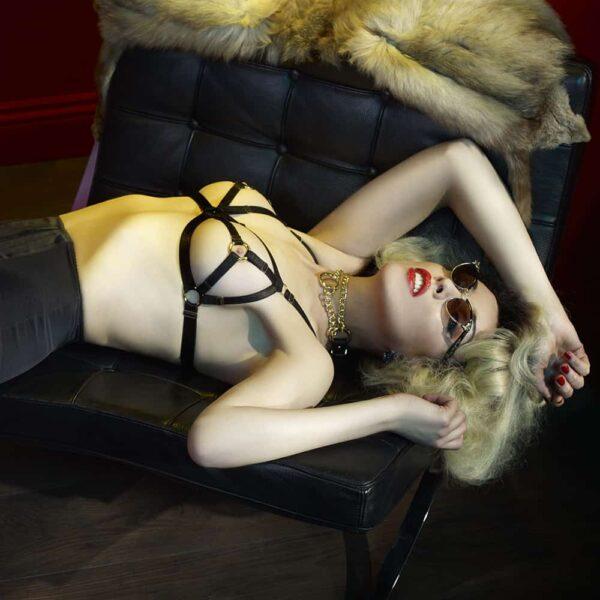Soutien gorge noir avec détails dorés, semi ouverture sur les seins et petite ouverture ronde autour des tétons.