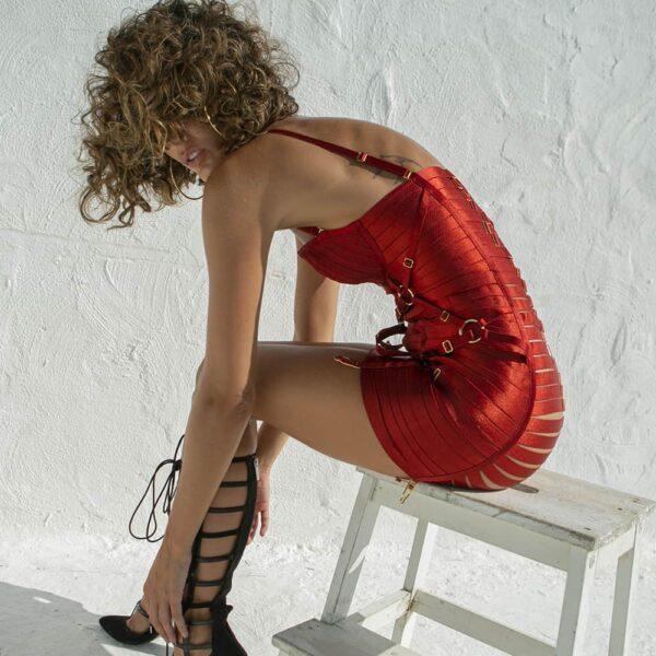 Robe rouge totalement fabriquée avec des élastiques, finitions en plaqué or 24 Carats de chez BORDELLE collection BONDAGE ANGELA chez BRIGADE MONDAINE