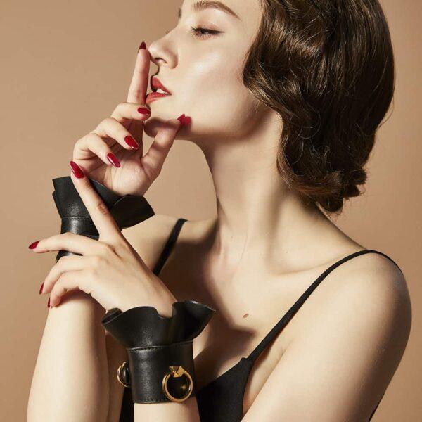 Bracelets menottes en cuir noir, alliant luxe et beauté. Accessoire bondage original et sensuel