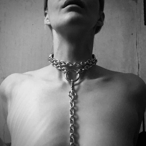 Choker de bdsm, collier en cuir noir et en chaines avec une attache devant pour mettre une laisse