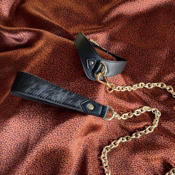 Laisse en chaine dorée pour bdsm avec embout en cuir