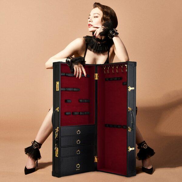 Корпус d' бондаж и аксессуары BDSM в красном бархате и черной коже ручной работы, в том числе ящики и надежное закрытие с кодом UPKO на Brigade Mondaine