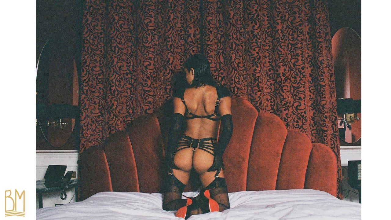 Kendra Storm Rae for ALTAR Magazine, lingerie BORDELLE, harnais Asobi rouge et harnais Voyeur noir et porte-jarretelles