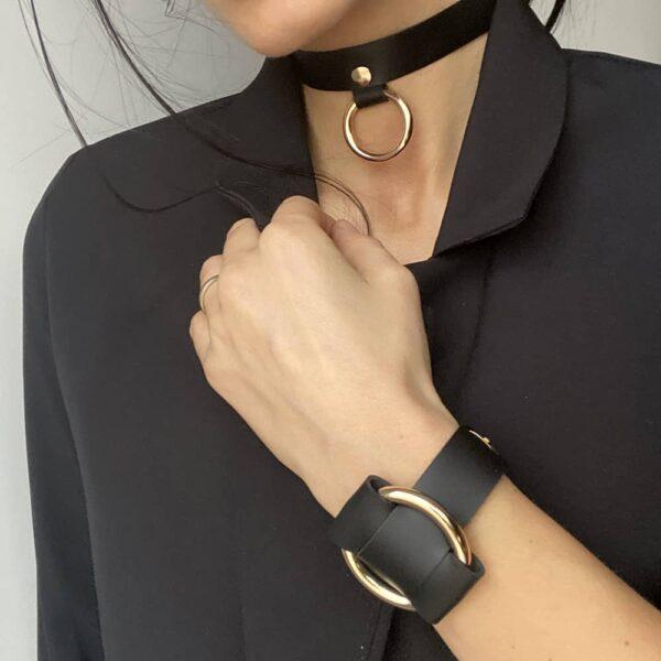 Choker et ANNA BRACELET croisé tous deux en cuir nappa noir avec anneau en métal doré de MIA ATELIER chez BRIGADE MONDAINE