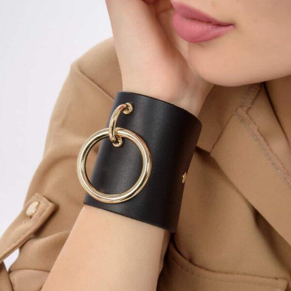 MARIA BRACELET en cuir noir avec large anneau en métal doré de MIA ATELIER chez BRIGADE MONDAINE