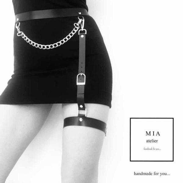 MINA BELT avec chaine, en cuir noir avec finitions en métal doré de MIA ATELIER chez BRIGADE MONDAINE