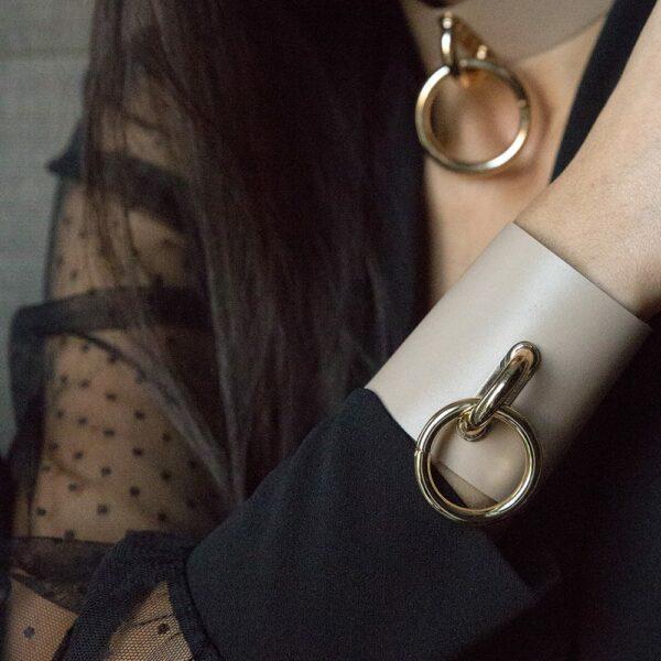 TESSA BRACELET en cuir beige avec large anneau en métal doré de MIA ATELIER chez BRIGADE MONDAINE