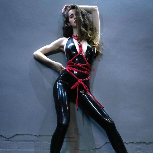 Harnais bdsm en cordes rouges avec détails en argent noir