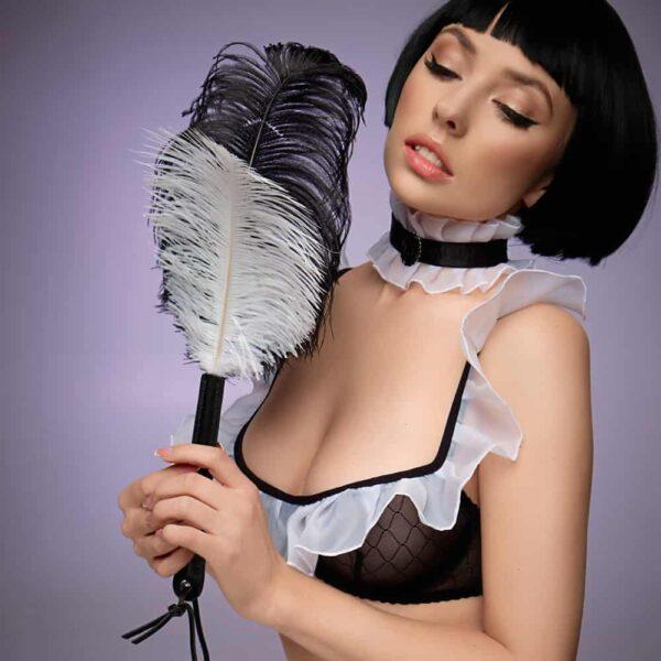 plumes d'autruche noires et blanches sur manche en cuir noir, en totalité l'objet mesure 45cm et les plumes 25 cm