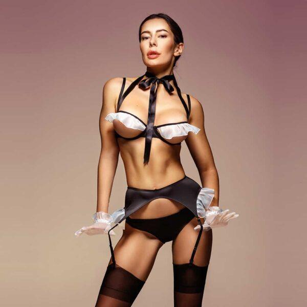 Déguisement de femme de ménage sexy noir avec des volants blancs au niveau des seins et des hanches. Il est composé d'un soutien gorge ouvert laissant apparaitre les seins, un noeud autour du cou, un porte jarretelle noir et une culotte noire