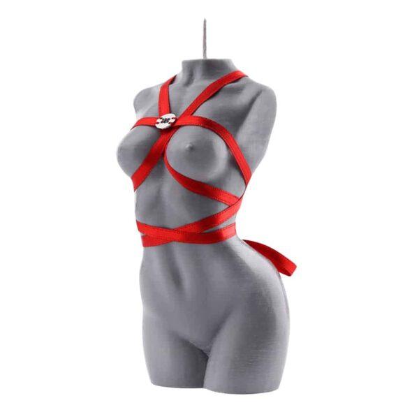 Bougie de la marque Baed Stories. Cette bougie grise représente le corps d'une femme nue cambrée et ôtée de bras. Un ruban rouge enveloppe le corps de telle sorte que cela forme un harnais encadrant les seins, le tour de taille et la nuque. Le logo Baed Stories argenté est cousu au niveau du thorax sur le harnais.