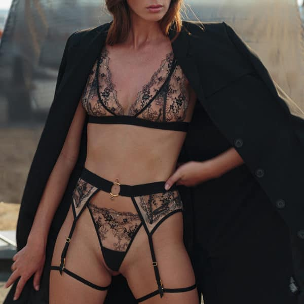 Floral lace triangle bra on transparent tulle, with crossed elastics in the back