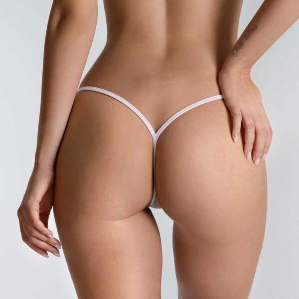 Ici vous pouvez voir le Micro V string Transparent White de la marque LUCKY CHEEKS. Derrière, les bandes blanches des hanches se rejoignent.